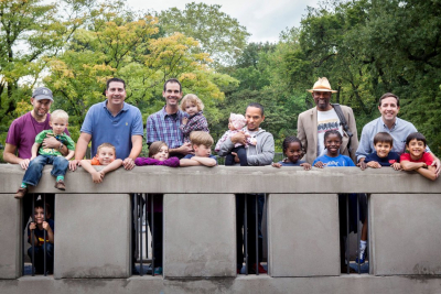 Image de papas avec leurs enfants pour illustrer un article de Maydée